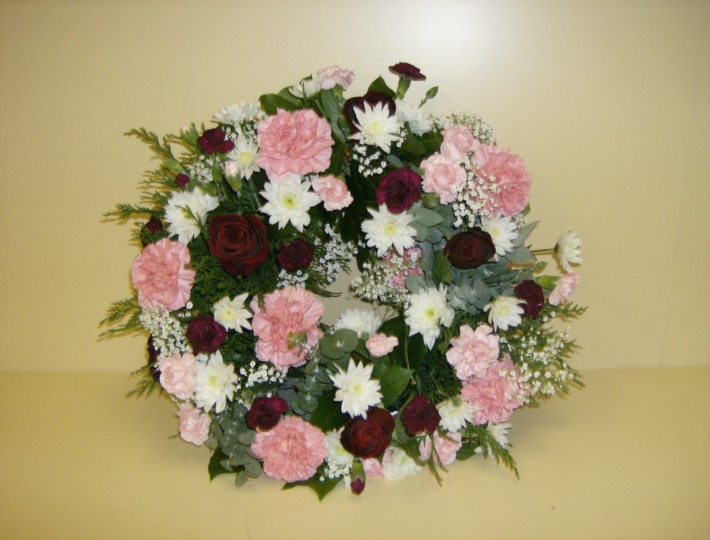 Traditional Mixed Funeral Wreath Stdrews Cupar Newburgh Ffie